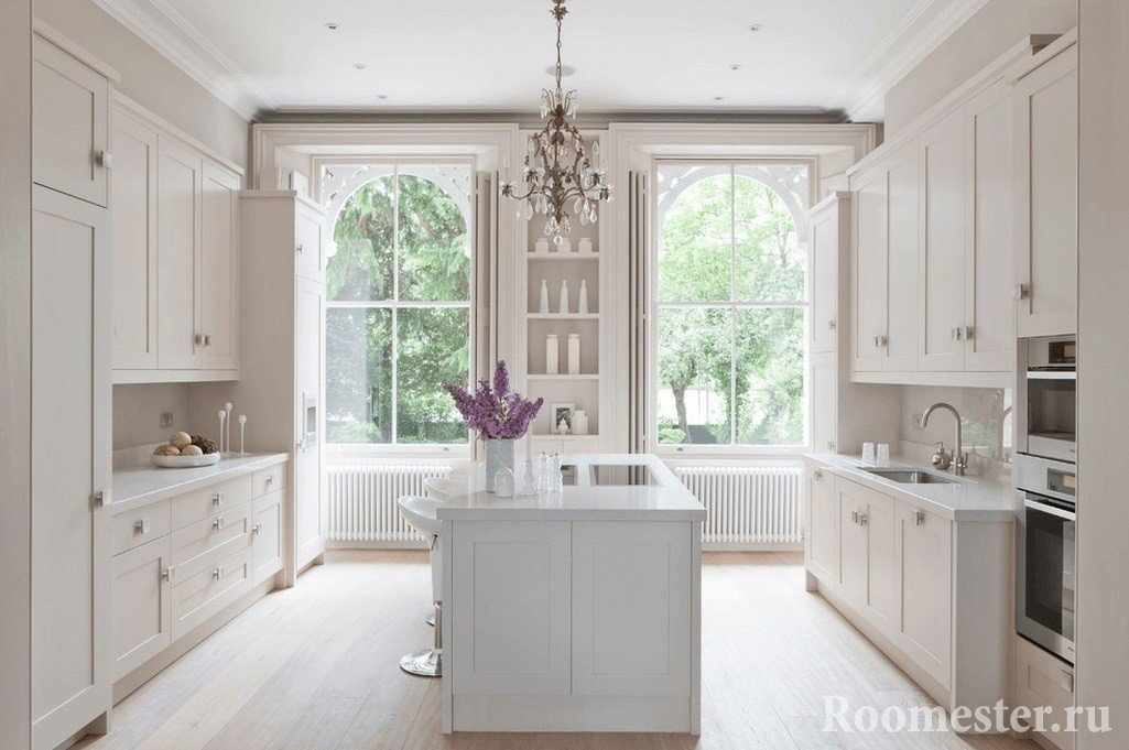 Оригинальные окна в белой кухне