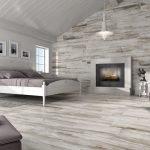 Спальня с декоративным камином