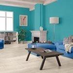Синий диван и кресло в голубом интерьере
