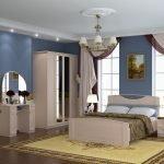 Горшок с цветком на полу в спальне