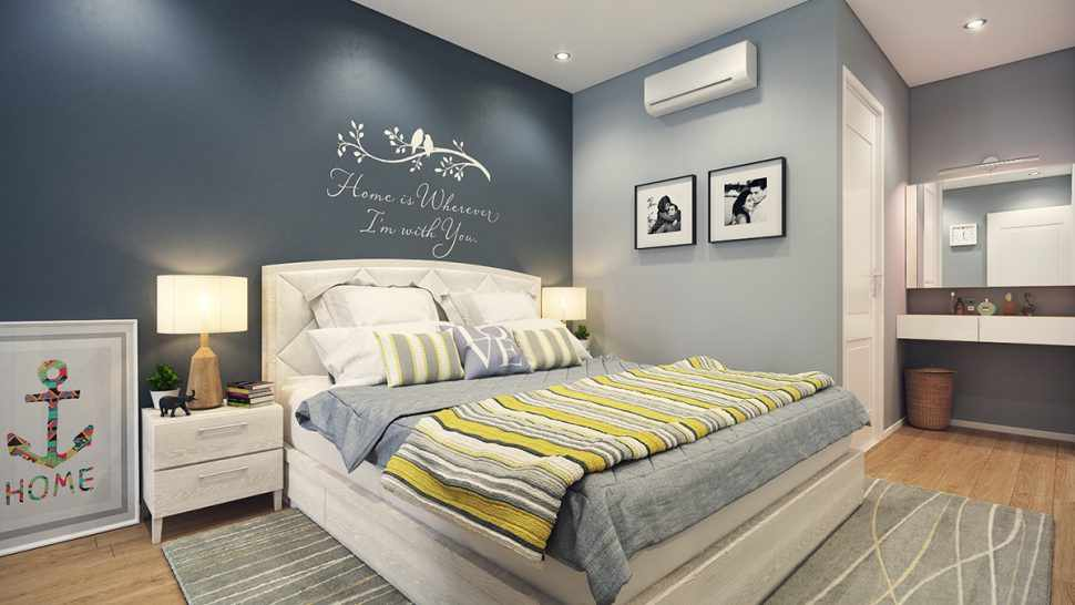 Просторная спальня с белыми дверьми
