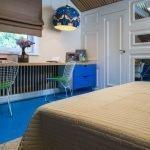 Спальня для мальчика с белой дверью