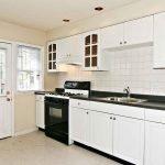 Застекленная дверь для современной кухни