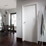Деревянная дверь для интерьера кухни