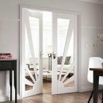 Белые двери с необычным дизайном