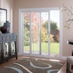 Раздвижные стеклянные двери из светлого дерева