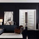 Черные обои и светлая дверь в гостиной