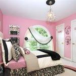 Спальня для девочки с белыми дверьми