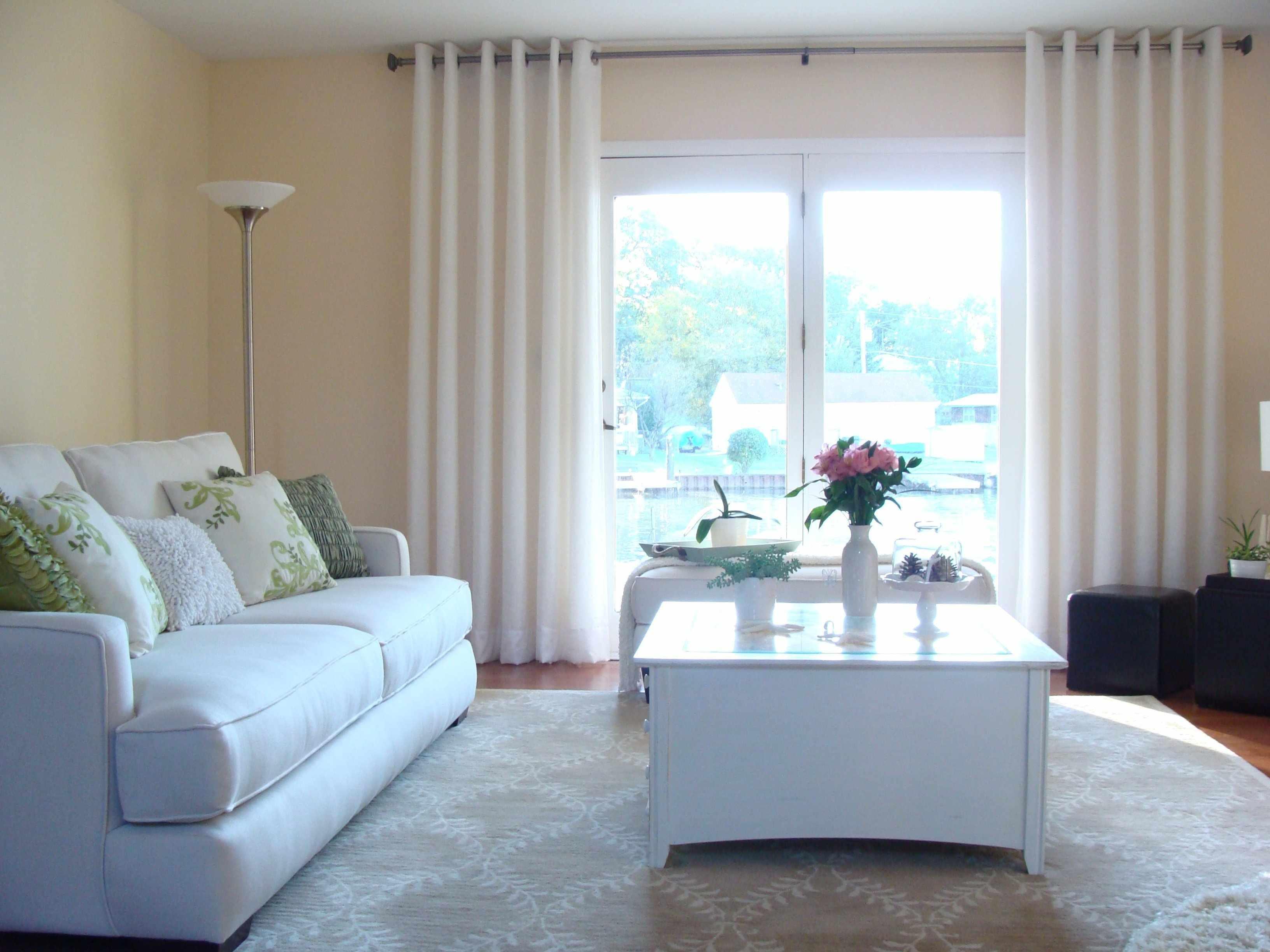 Простой декор гостиной с белыми шторами