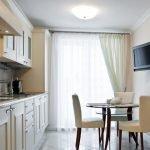 Белые шторы в кухне