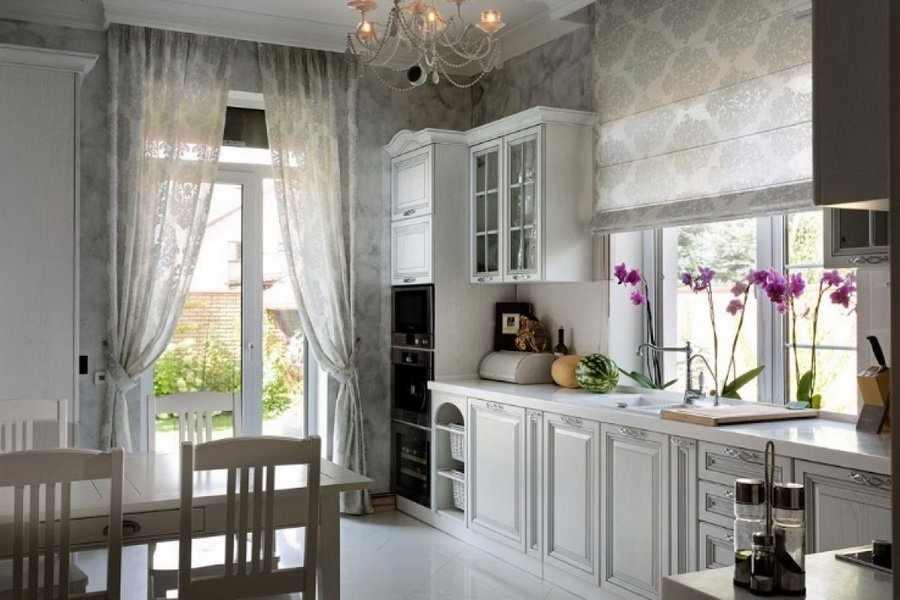 Белые занавески в кухне