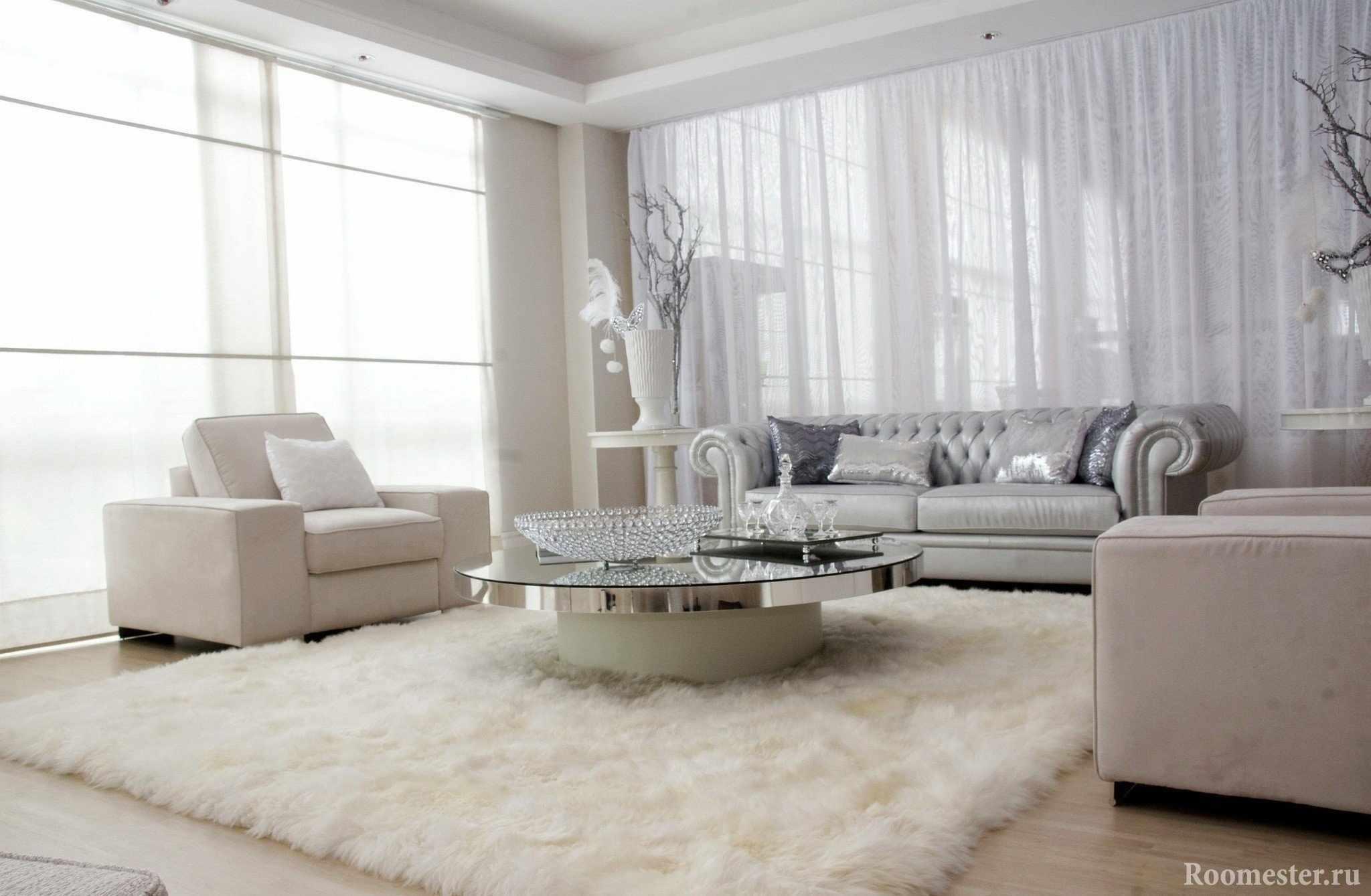 Шикарная мебель и ковер в комнате