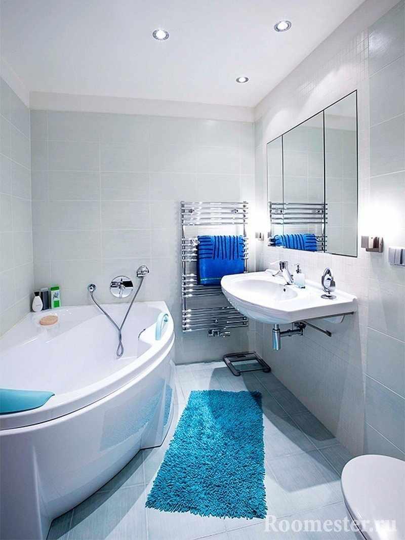 Синий коврик на полу в ванной