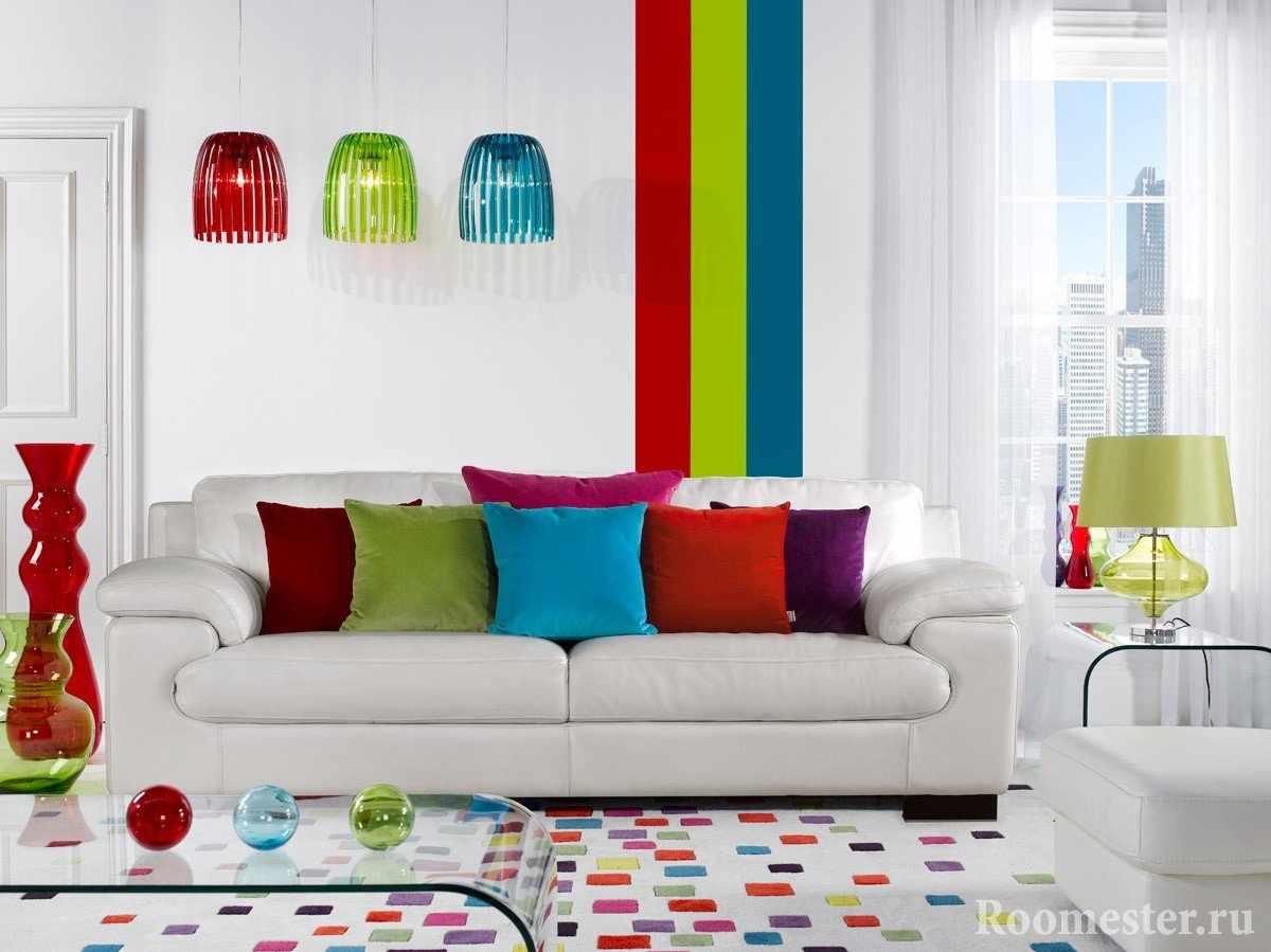 Яркие лампы, подушки и ковер в белой комнате