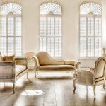 Белая комната со старинной мебелью
