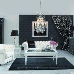 Черная и белая мебель в комнате