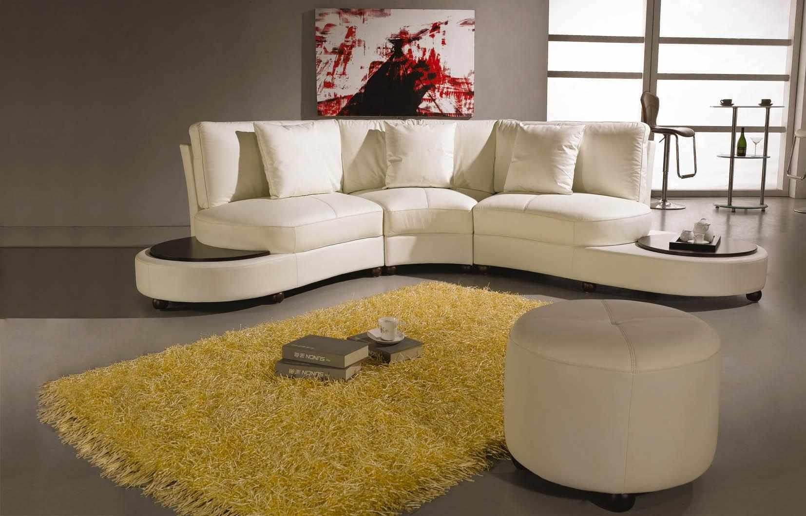 Белый пуфик в гостиной