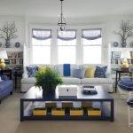 Синие и желтые акценты в гостиной