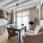 Светлый диван на кухне