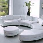 Белый диван в форме полукруга