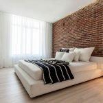 Кирпичная стена в дизайне спальни