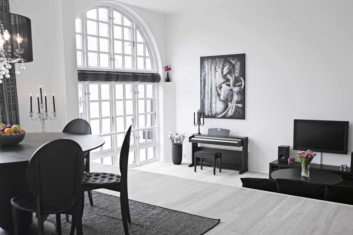 Черные предметы интерьера в белой гостиной
