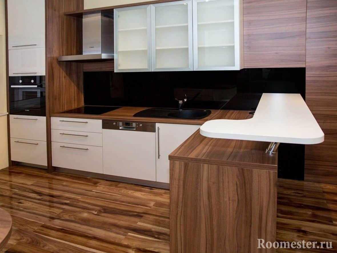Кухня с белыми фасадами и белой барной стойкой над рабочей поверхностью
