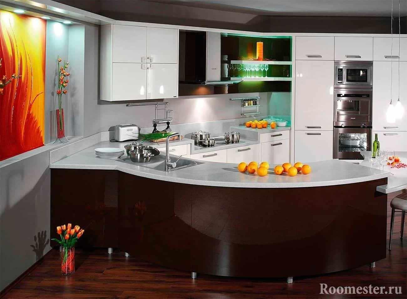 Яркая кухня с белыми фасадами