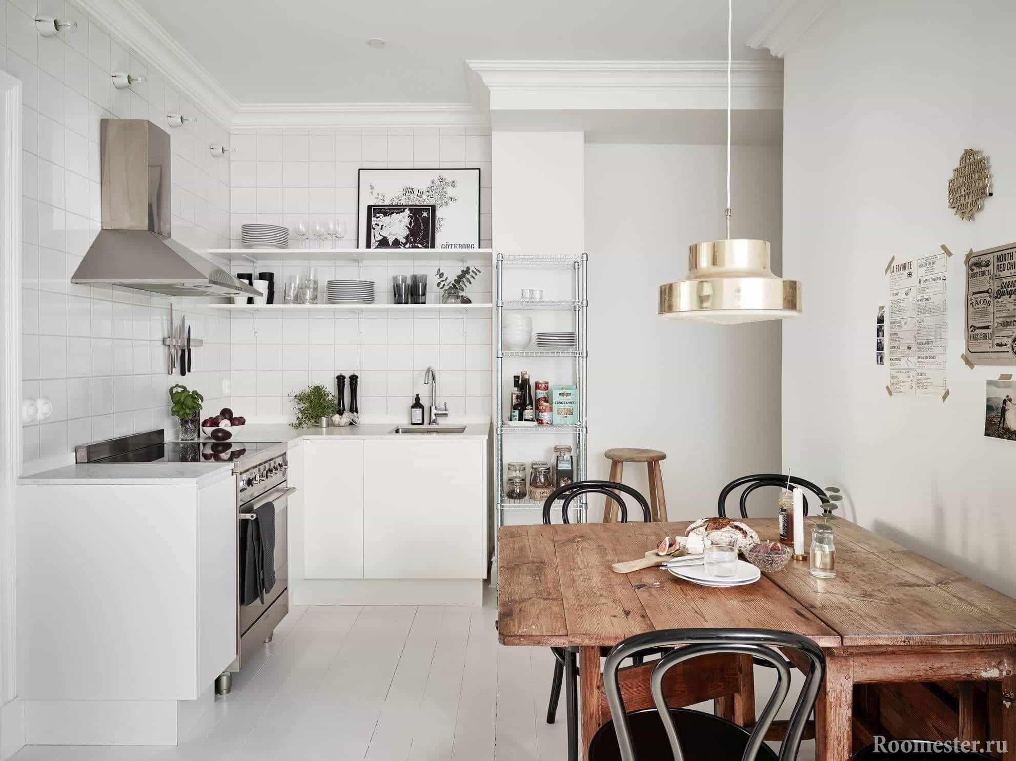 Белоснежная кухня с раскладным деревянным столом