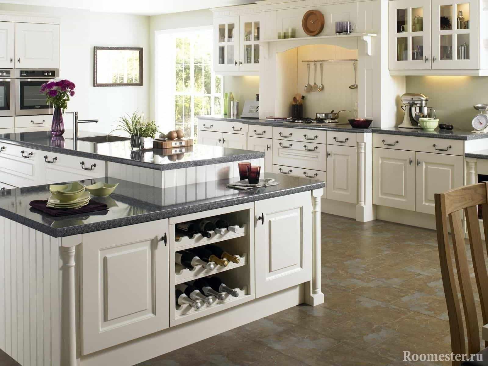 Белая кухня с островом и множеством шкафов для хранения