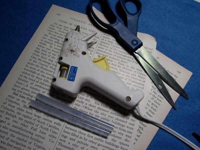 Ножницы, клей и книжные страницы