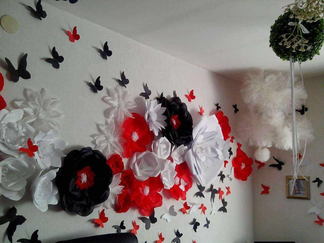 Бабочки и цветы в гостиной