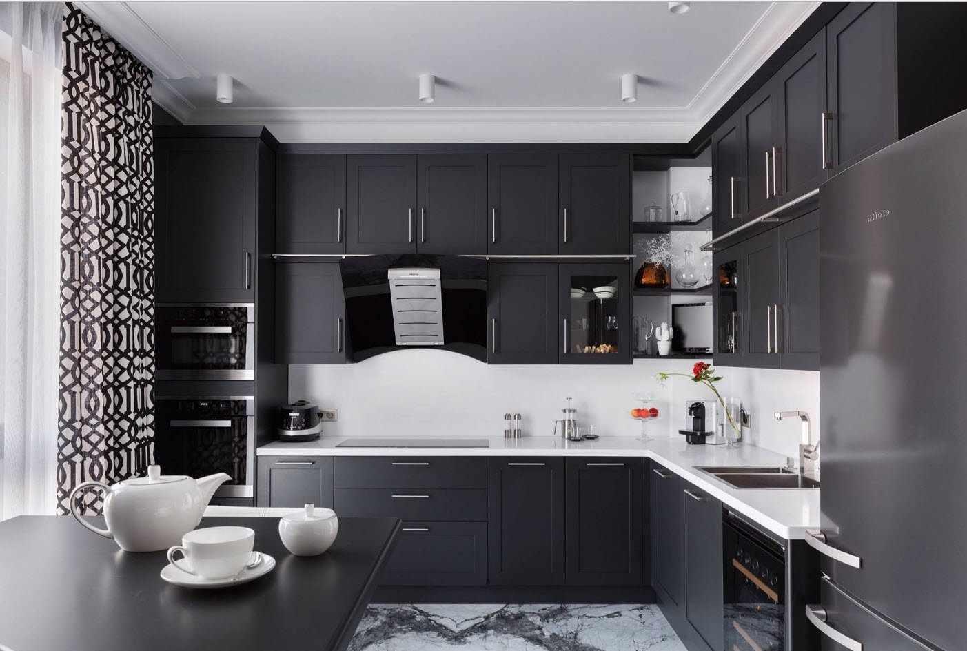 Интерьер черно-белой кухни