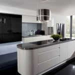Кухня с островом в черно-белых тонах