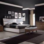 Матовые черные стены и потолок в спальне