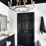 Стильная ванная с черным потолком