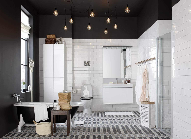 Черный потолок с подсветкой в ванной