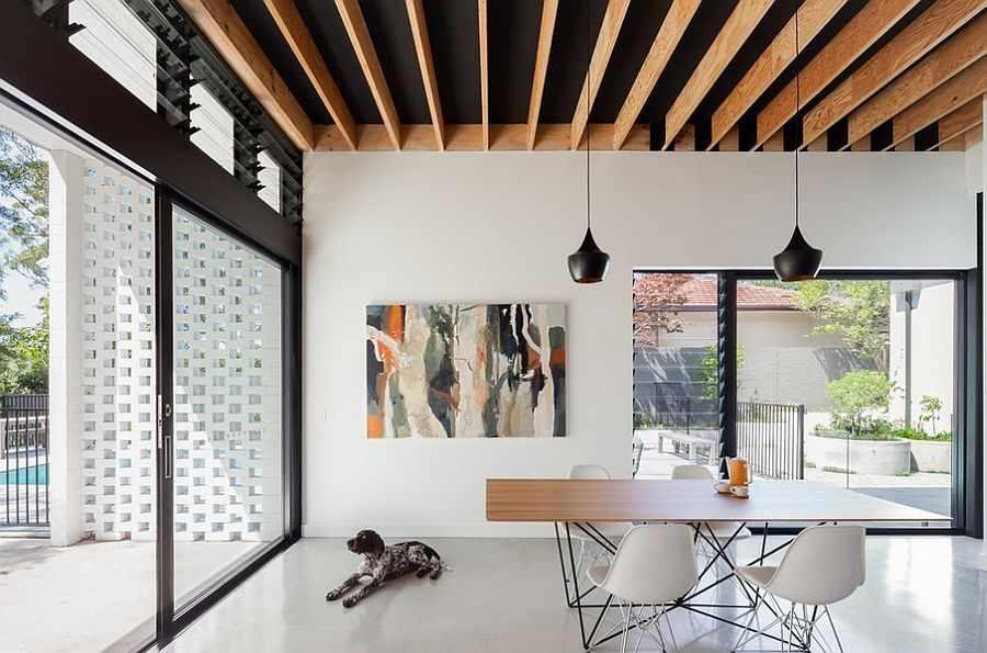 Черный потолок с деревянными рейками