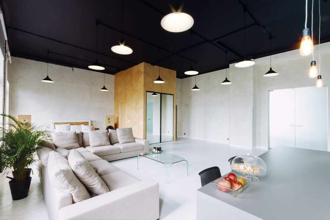 Гостиная с темным потолком