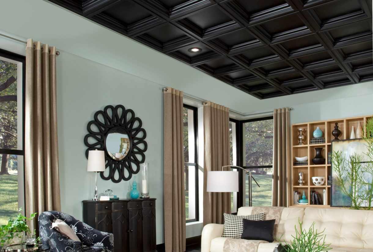 Деревянный черный потолок в гостиной
