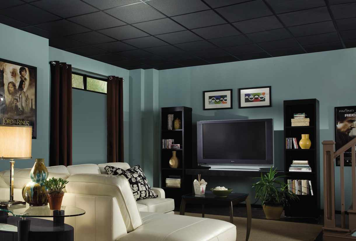 Черный потолок в зале