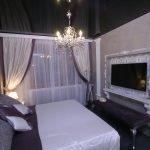 Спальня в классическом стиле с черным потолком