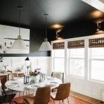 Матовый черный потолок в кухне