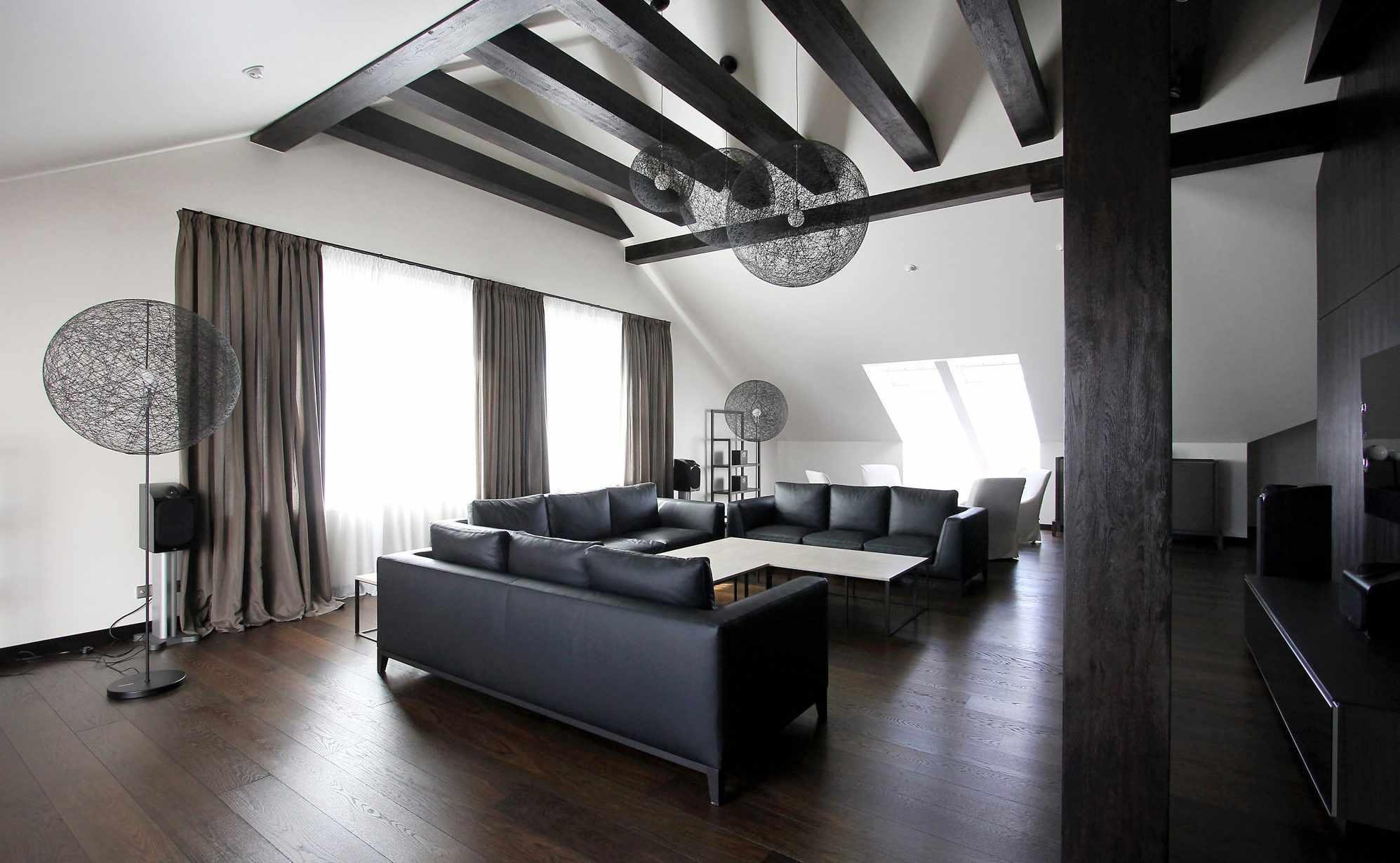 Черные балки на потолке в интерьере гостиной