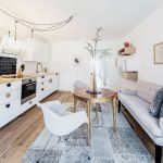 Сочетание белой мебели и черного фартука