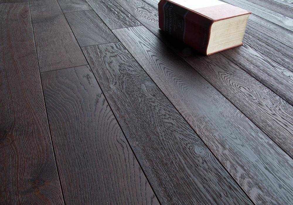 Книга на полу