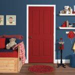 Красная дверь и синие стены