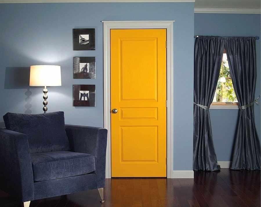 Синие стены и желтая дверь