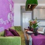 Розовые подушки на зеленом диване