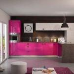Сочетание фуксии с черным цветом в интерьере кухни